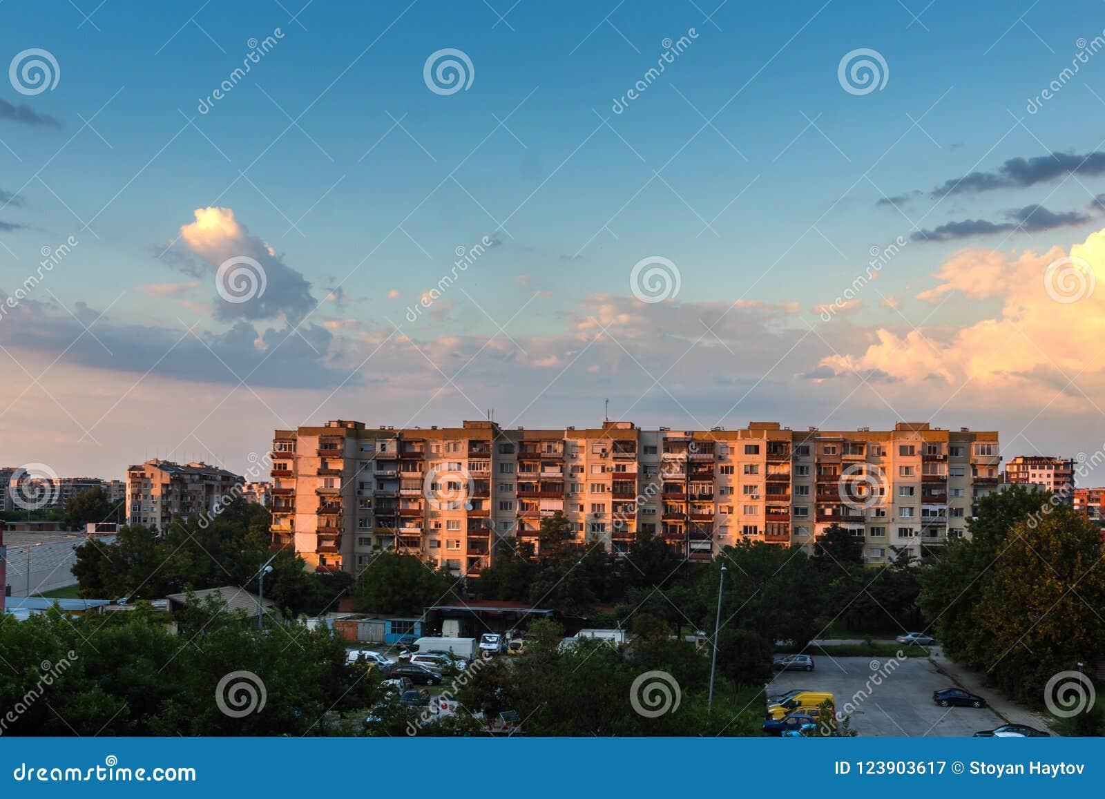 Zonsondergangmening van Typische woningbouw van de communistische periode in stad van Plovdiv, Bulg