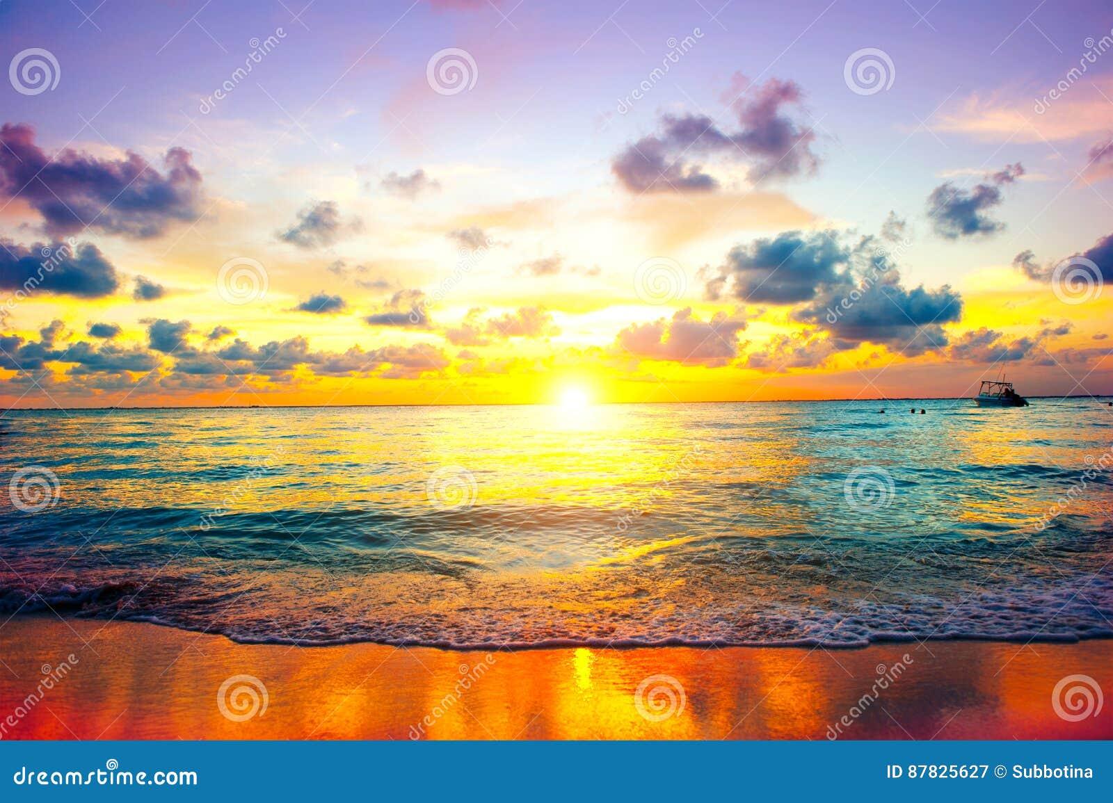 Zonsondergangstrand van Caraïbisch eiland