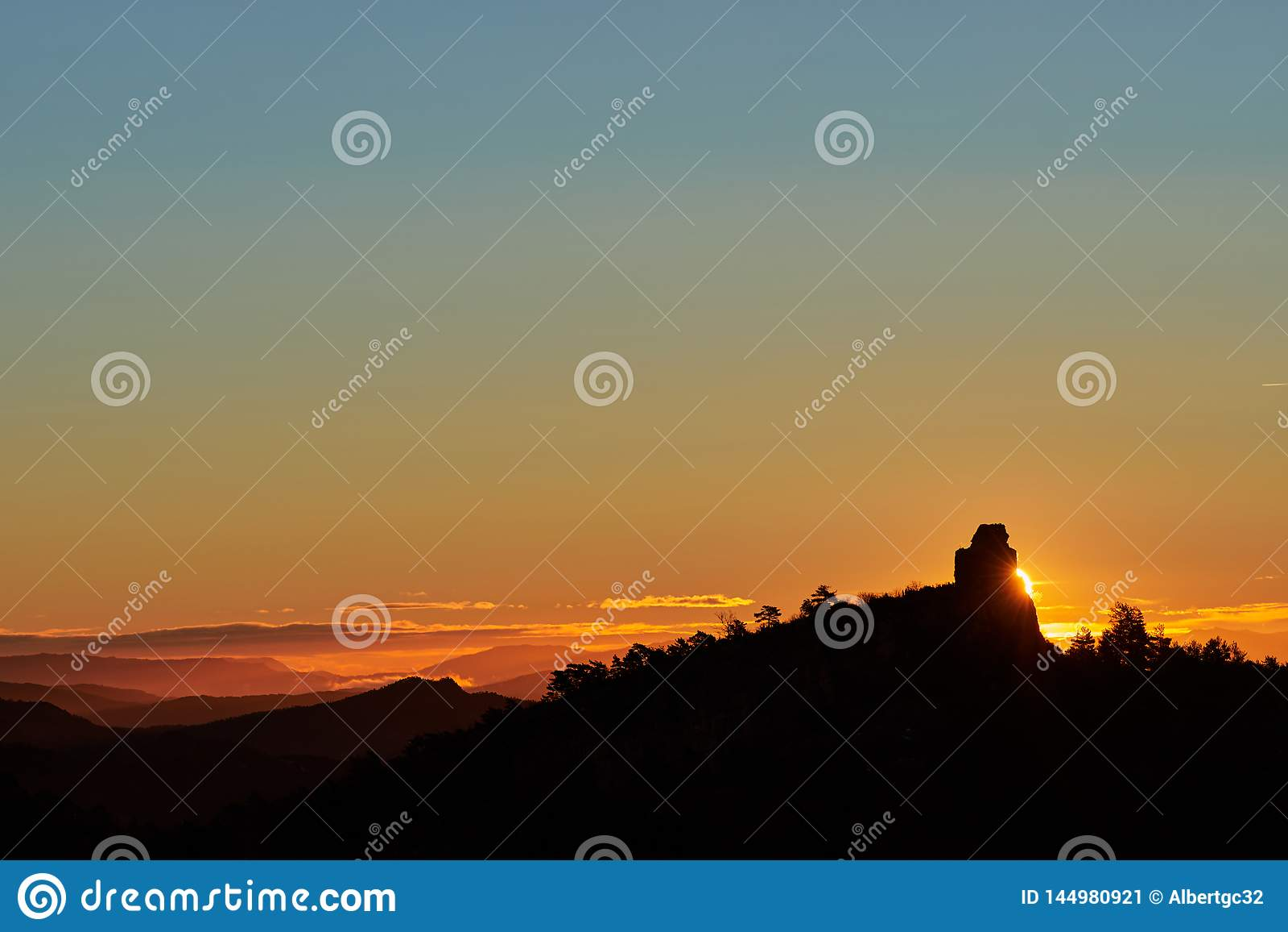 Zonsopgang achter de berg