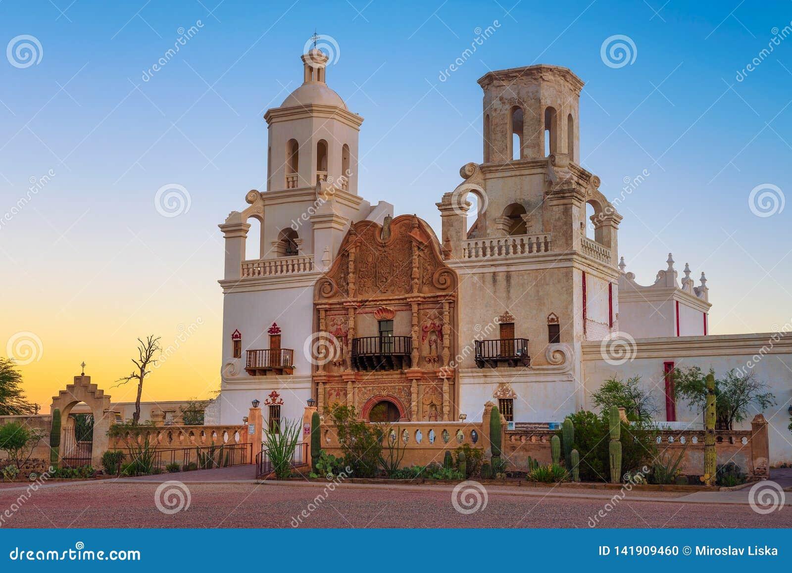 Zonsopgang bij San Xavier Mission Church in Tucson