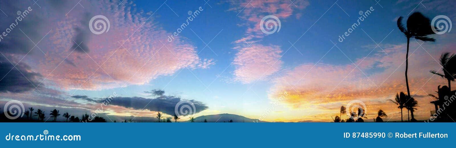 Zonsopgang cloudscape onder Mauna Kea zoals die van Waikaloa wordt gezien