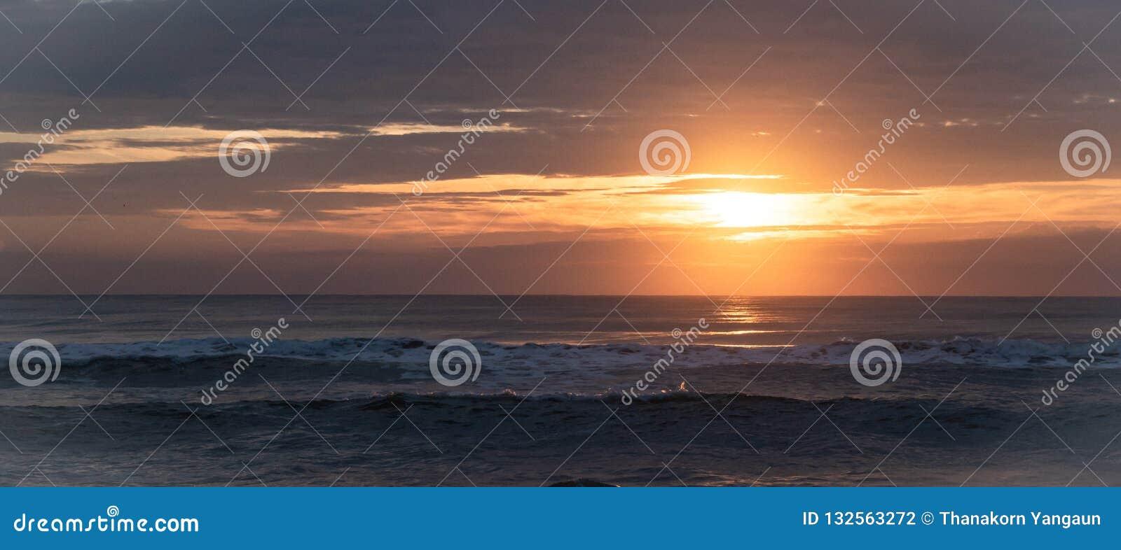Zonsopgang en mooie bezinning over het overzees in de ochtendvakantie bij het Strand van Verbodskrut, Prachuapkirikhan, Zuiden va
