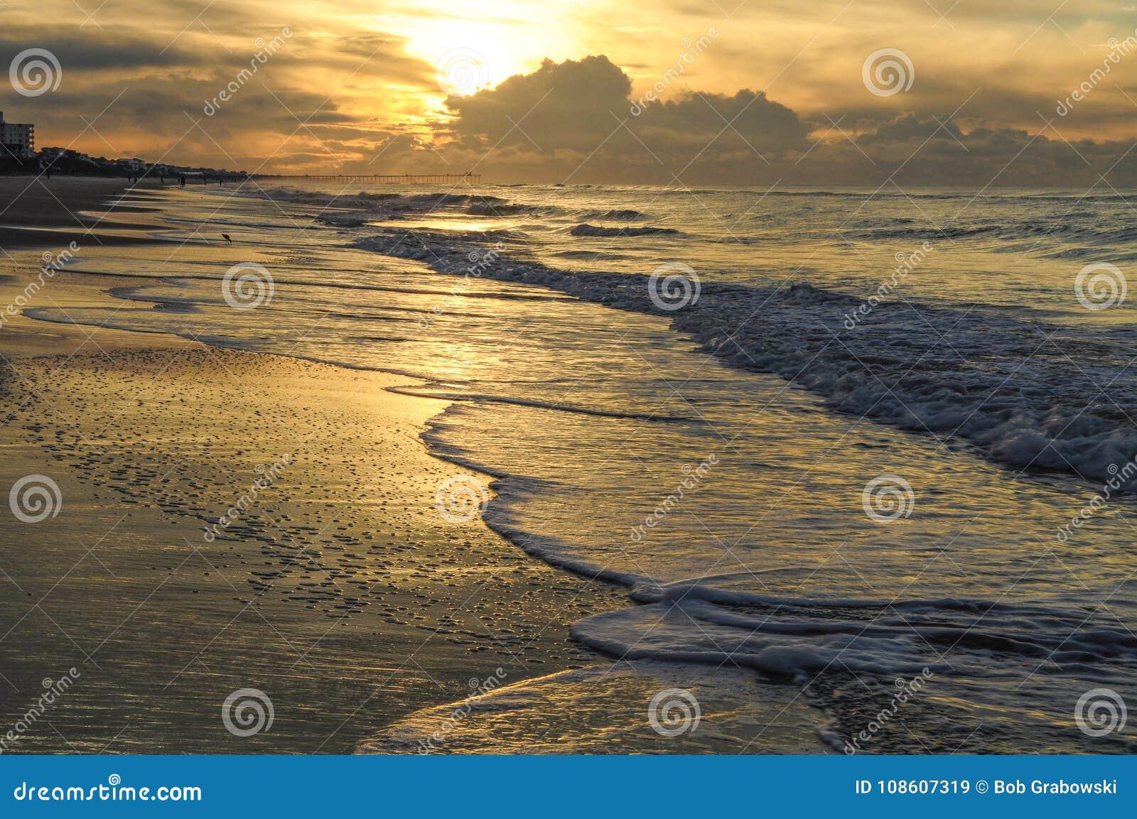 Zonsopgang langs het Strand van Emerald Isle In Northb Carolina