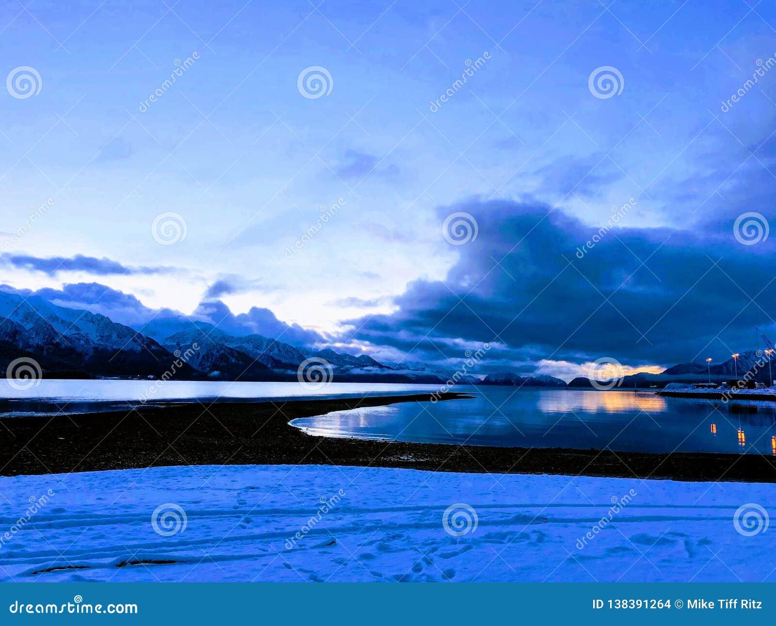 Zonsopgang op de kust Van Alaska