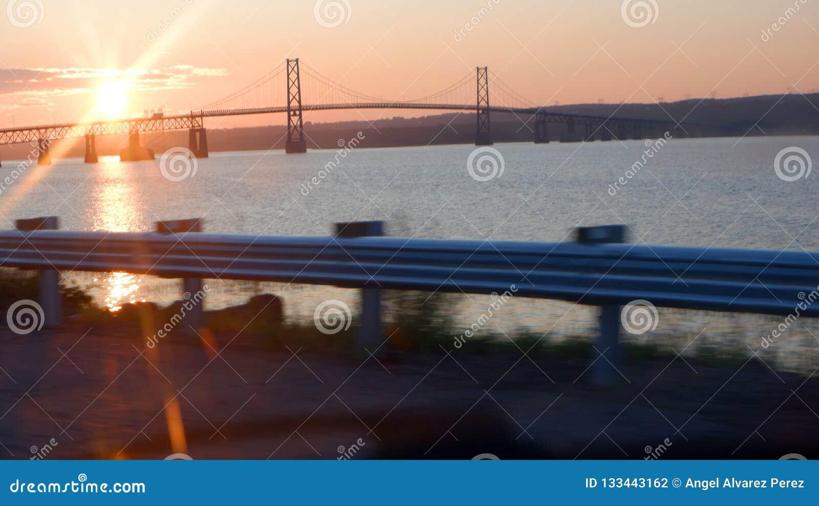 Zonsopgang op een brug