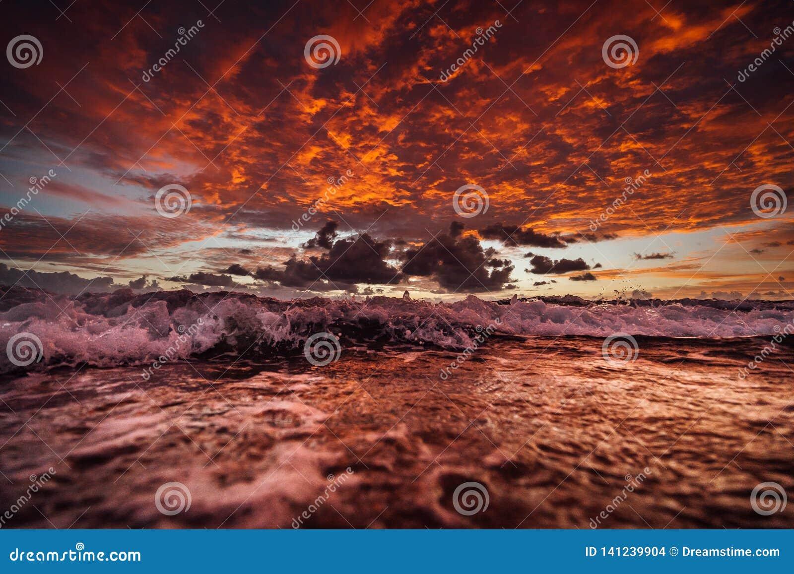 Zonsopgang op frasereiland met golven