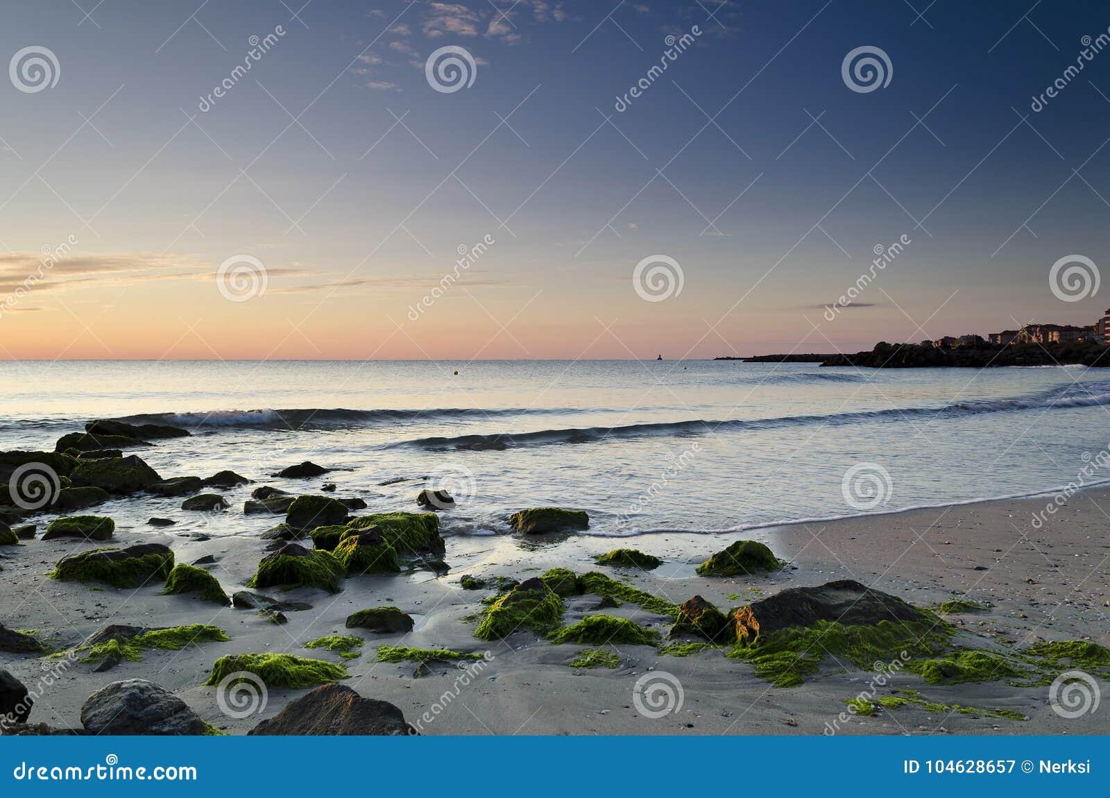Download Zonsopgang Op Het Strand In Pomorie Stock Afbeelding - Afbeelding bestaande uit sinaasappel, zwart: 104628657
