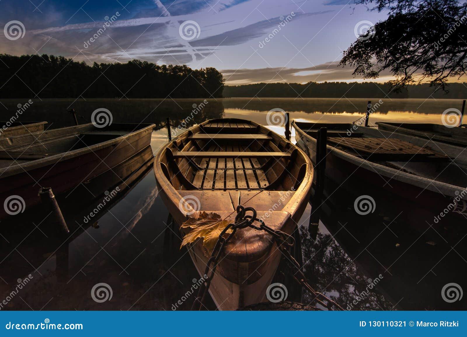 Zonsopgang op meer in de herfst met een boot