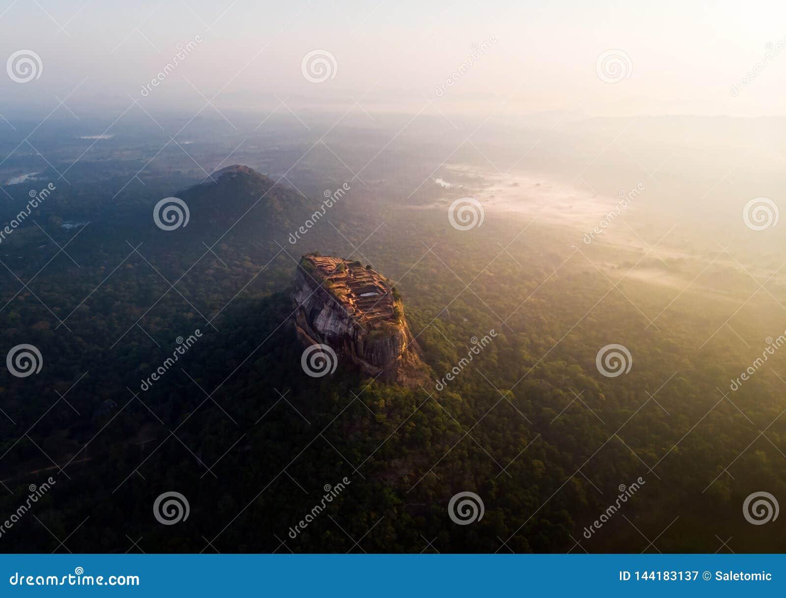 Zonsopgang over Sigiriya-rotsvesting in Sri Lanka-satellietbeeld