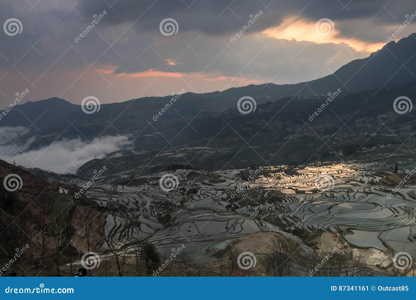 Zonsopgang over YuanYang-rijstterrassen in Yunnan, China, één van de recentste Unesco-Plaatsen van de Werelderfenis