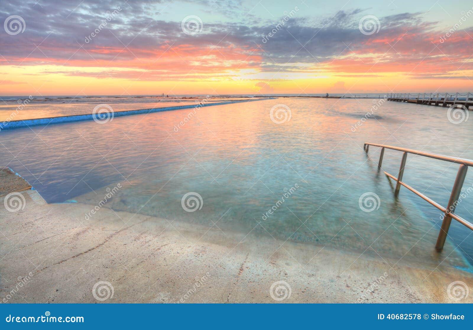 Zonsopgang van één van de pools aan de oceaan bij Au van het Noordennarrabeen
