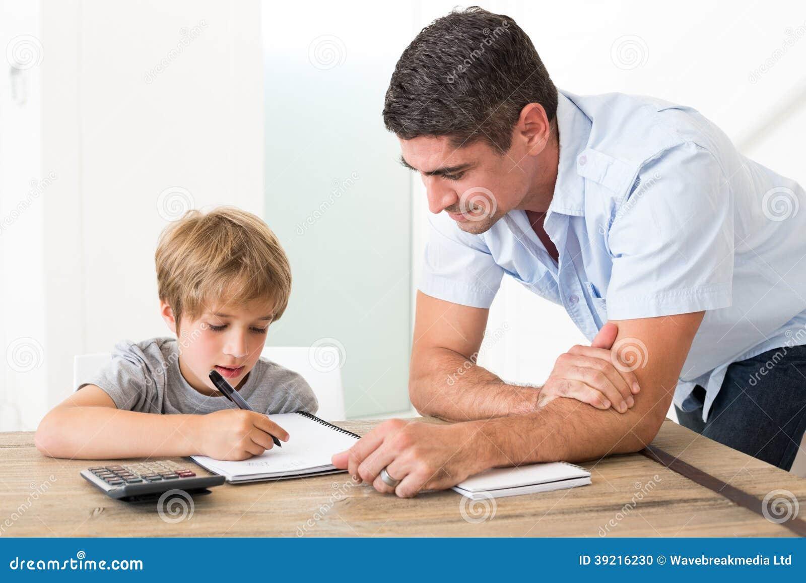 Zoon die thuiswerk doen terwijl vader die gereed staan