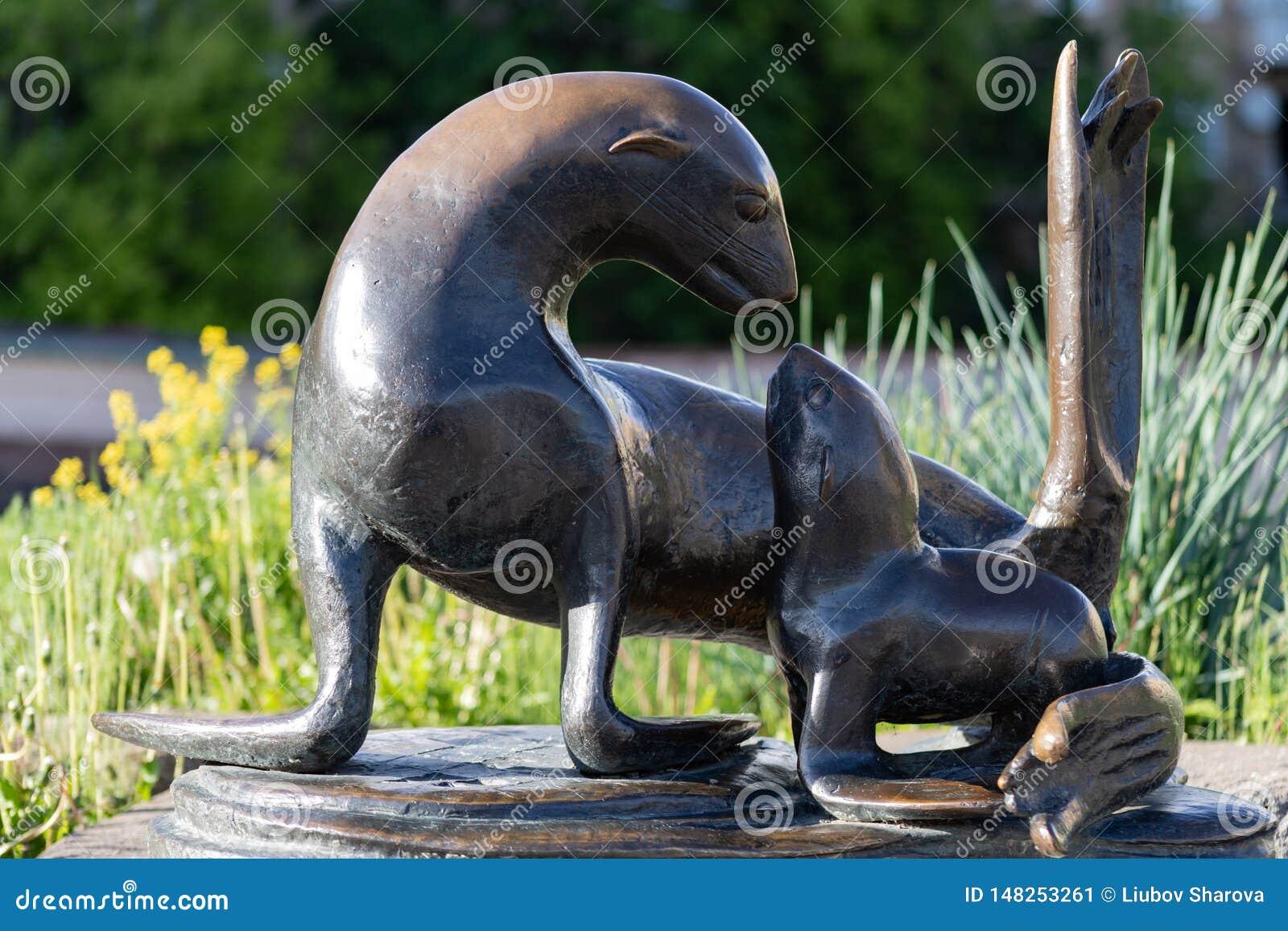 Zooskulptur Moskaus am 17. Mai 2019 Moskau einer Dichtung mit einem Baby, ein Symbol der Liebe und Ca