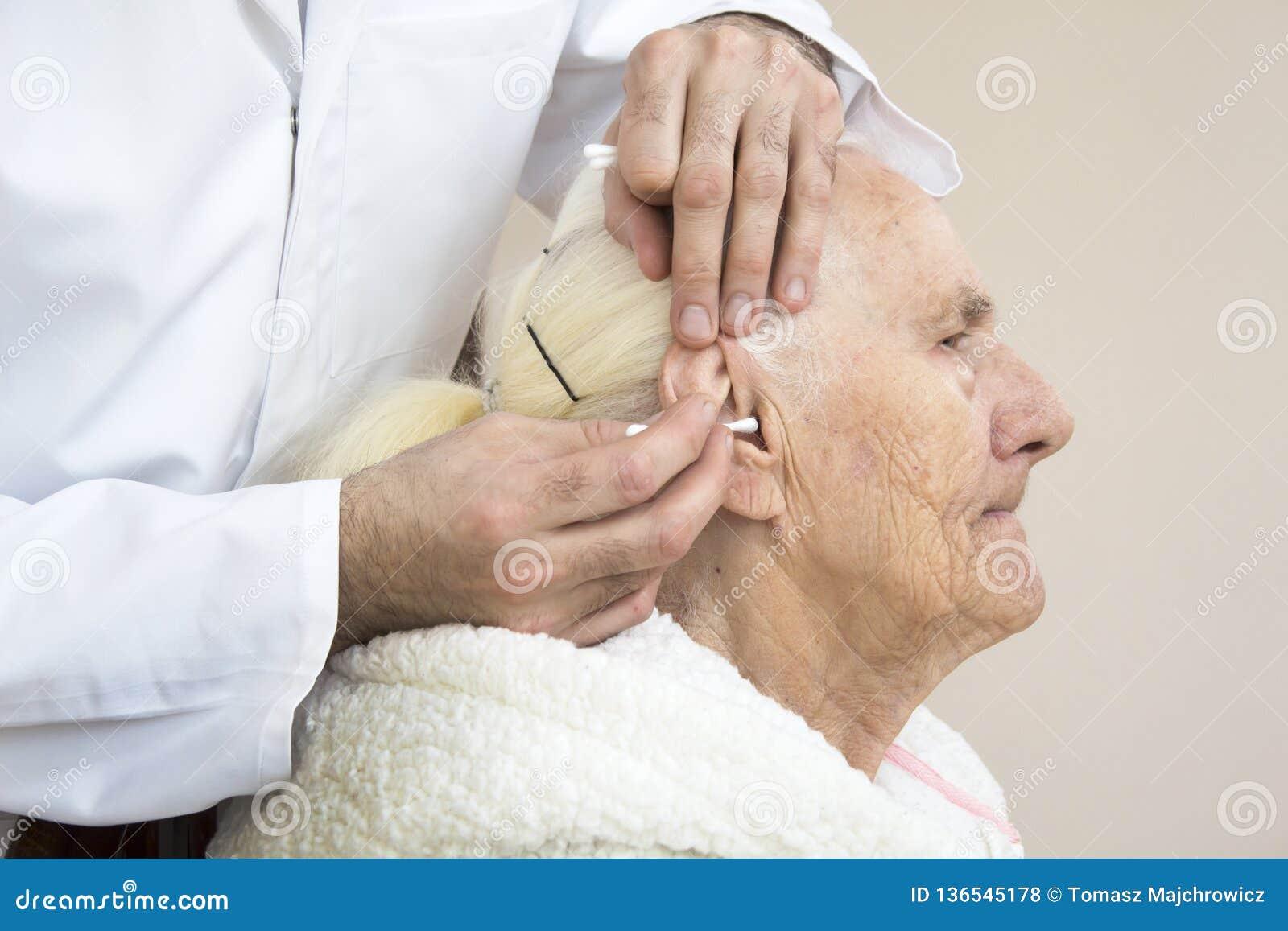 Zorg en verzorging van oude mensen Het schoonmaken van de oren met een stok