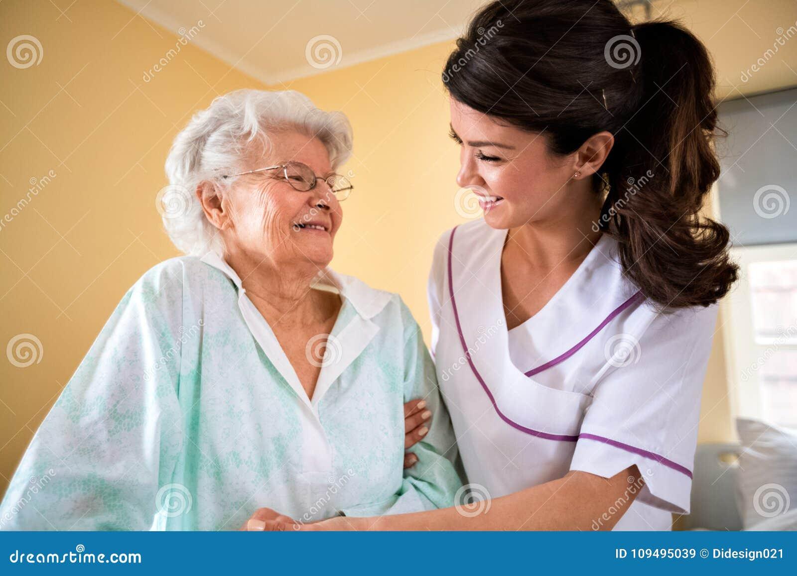 Zorg van de bejaarden bij verpleeghuis
