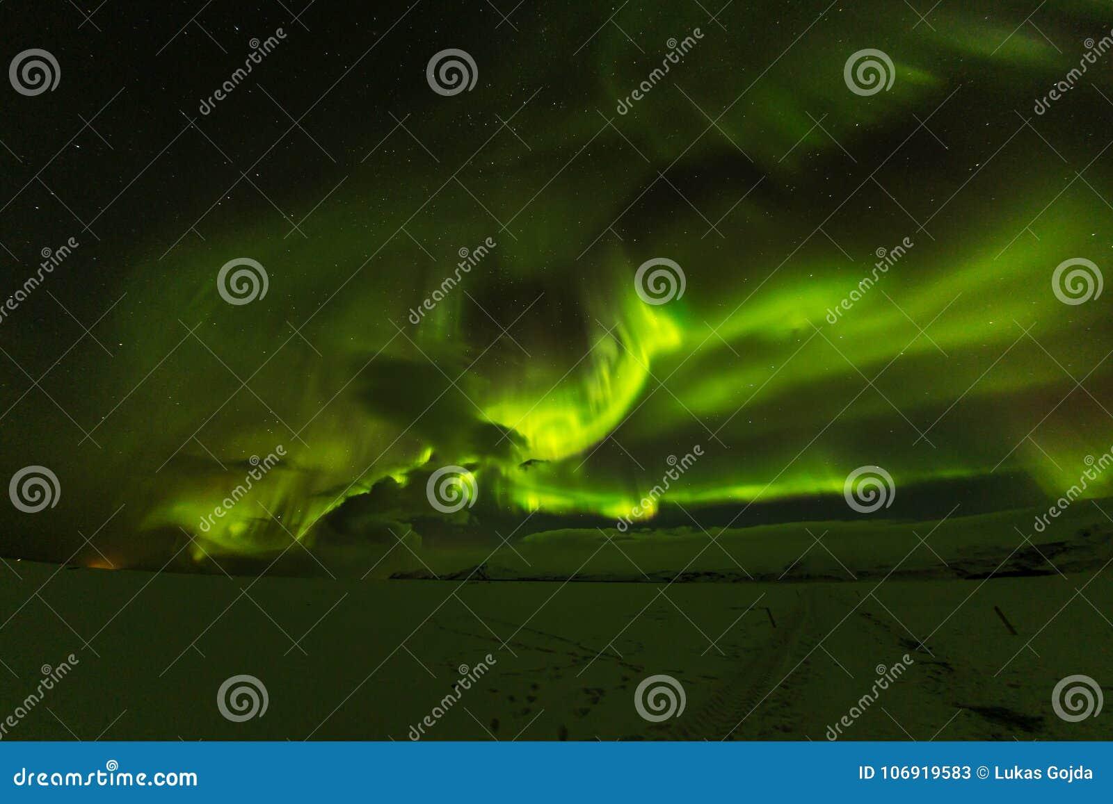 Zorz borealis, północni światła w Iceland podczas zimy