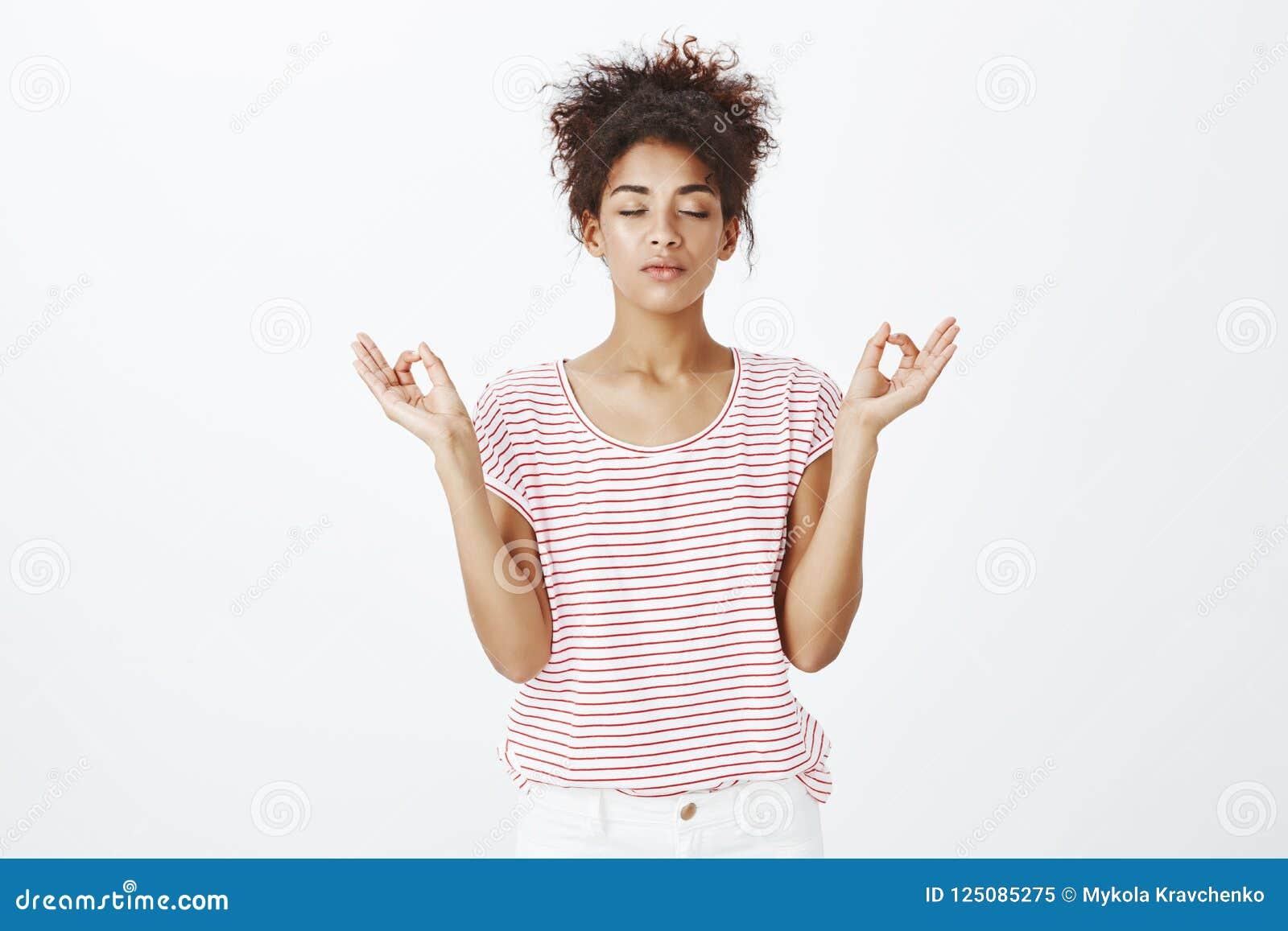 Zostawać spokojny i zrelaksowany w miastowej atmosferze Śliczna zdecydowana ciemnoskóra kobieta w pasiastej koszulce, zamyka oczy