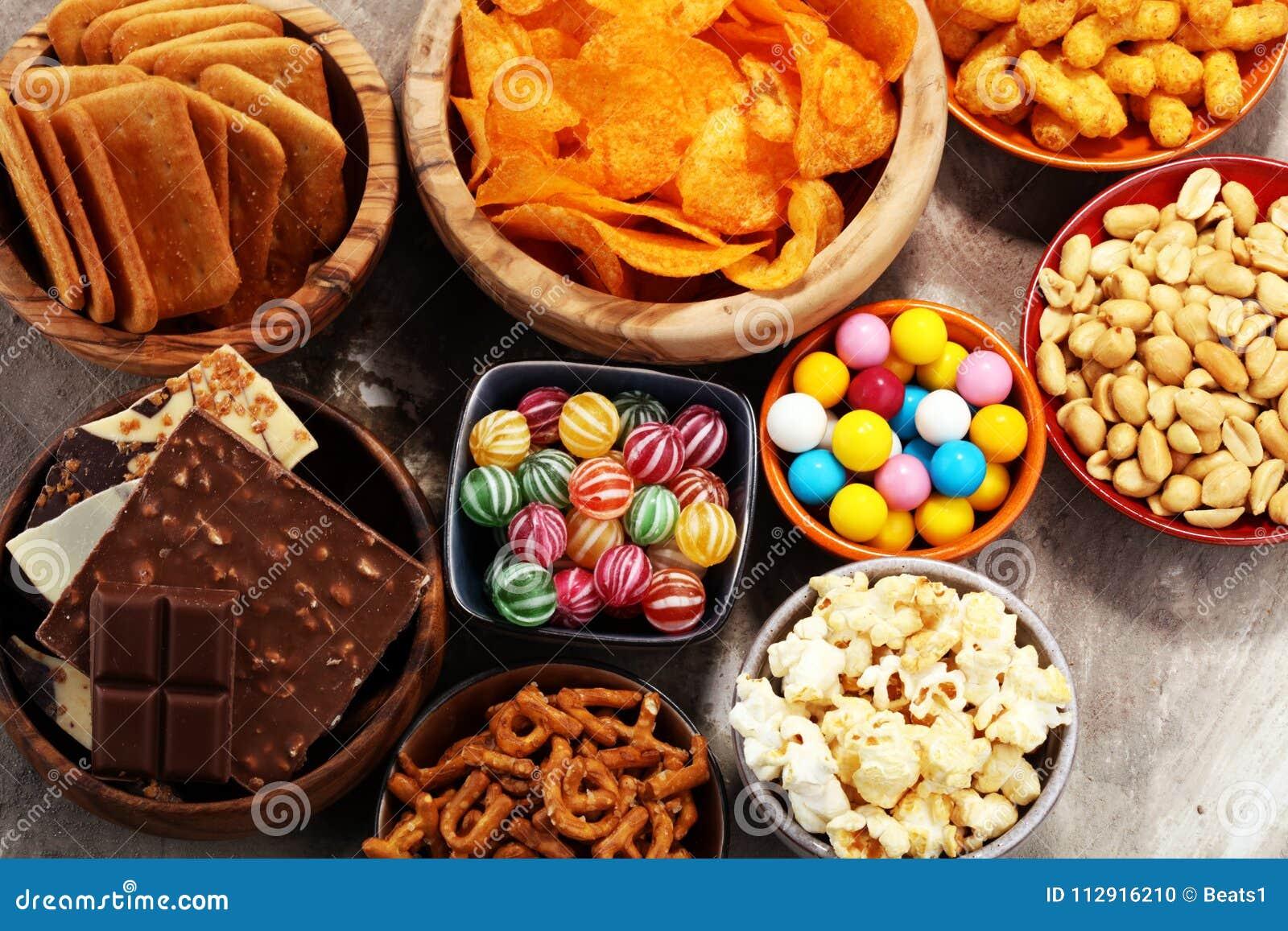 Zoute snacks Pretzels, spaanders, crackers in houten kommen