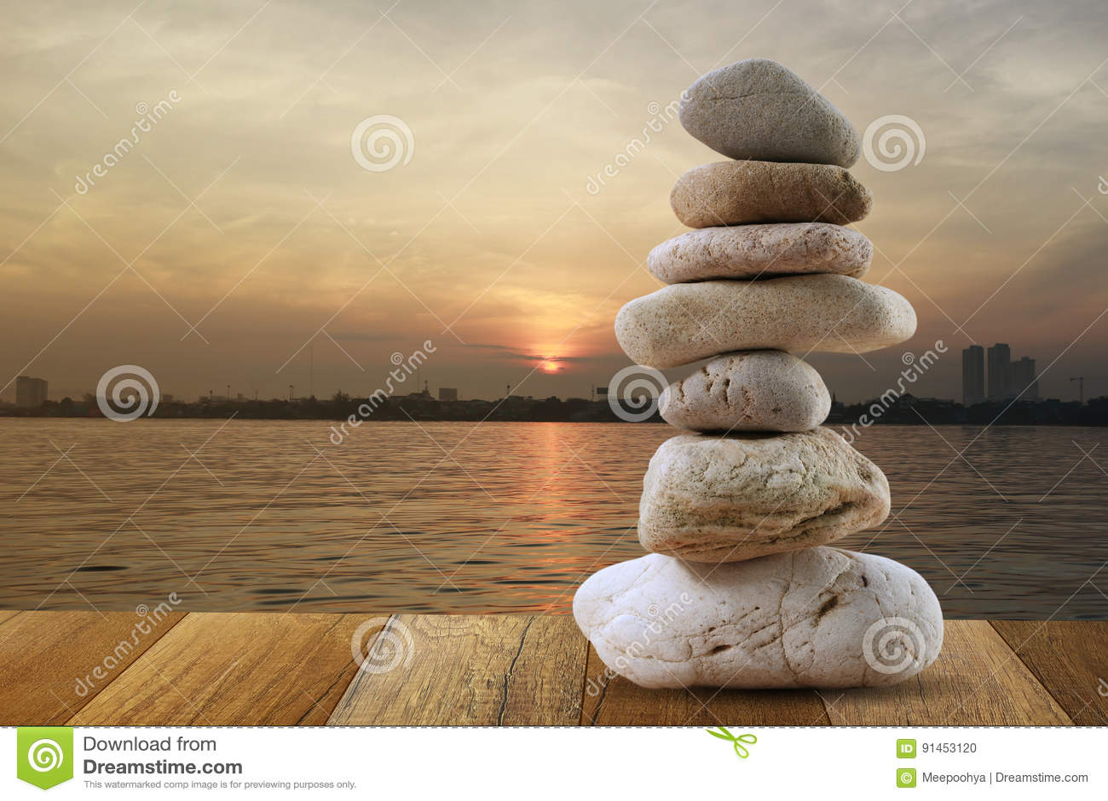 Zrównoważony kamień ostrosłup dla medytaci