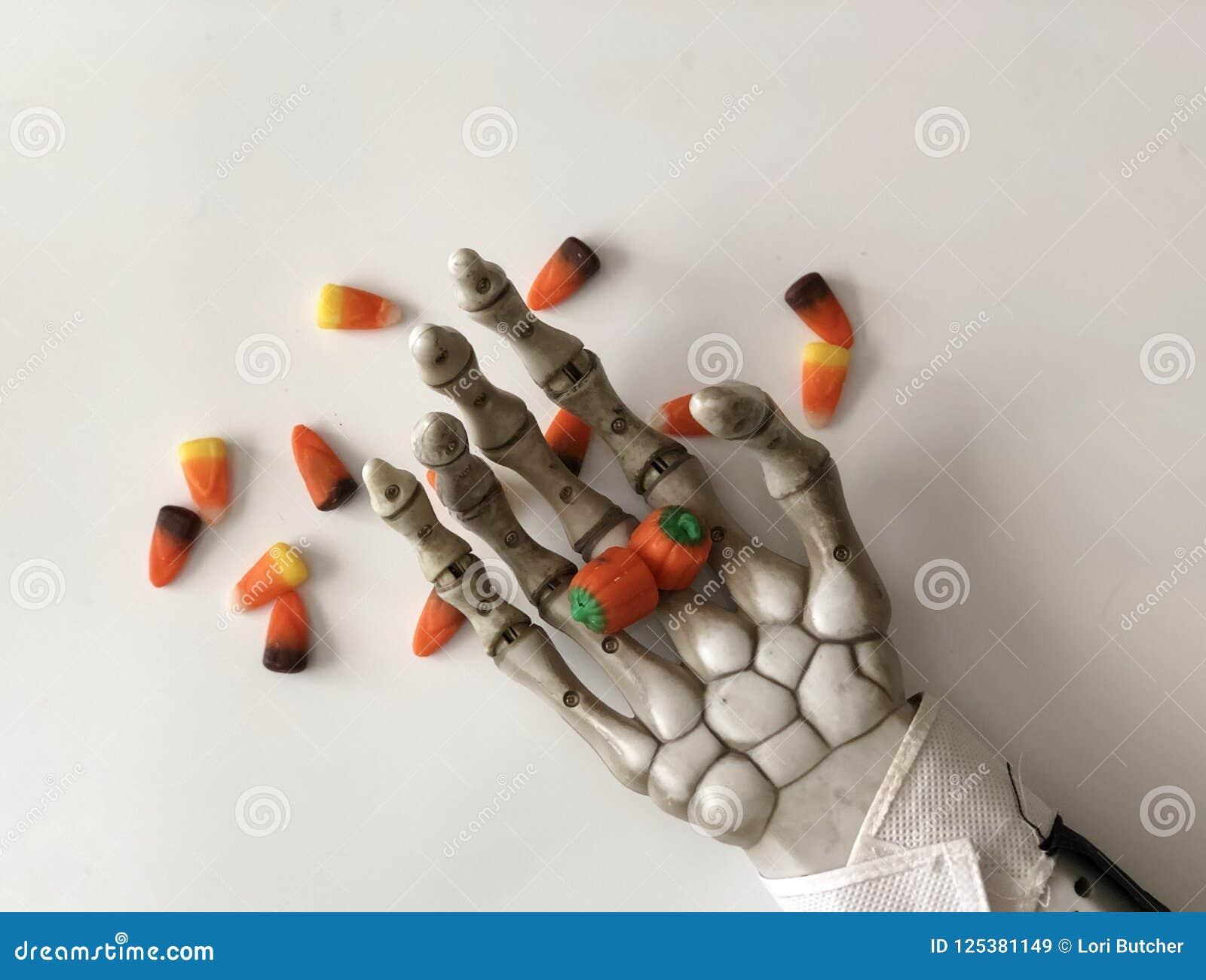 Zredukowany mienie cukierek w jego ręce
