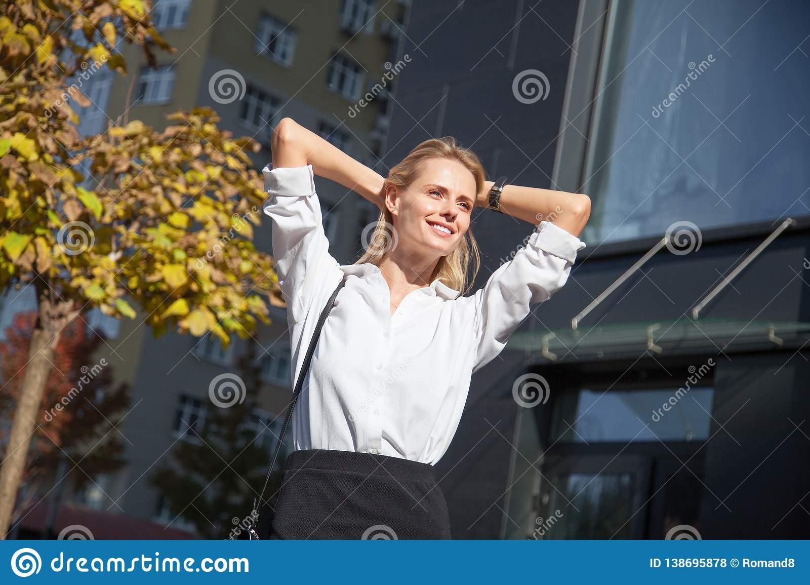 Zrelaksowana spokojna szczęśliwa kobieta odpoczywa brać zdrowe przerwy mienia ręki za kierowniczym oddychania świeżym powietrzem