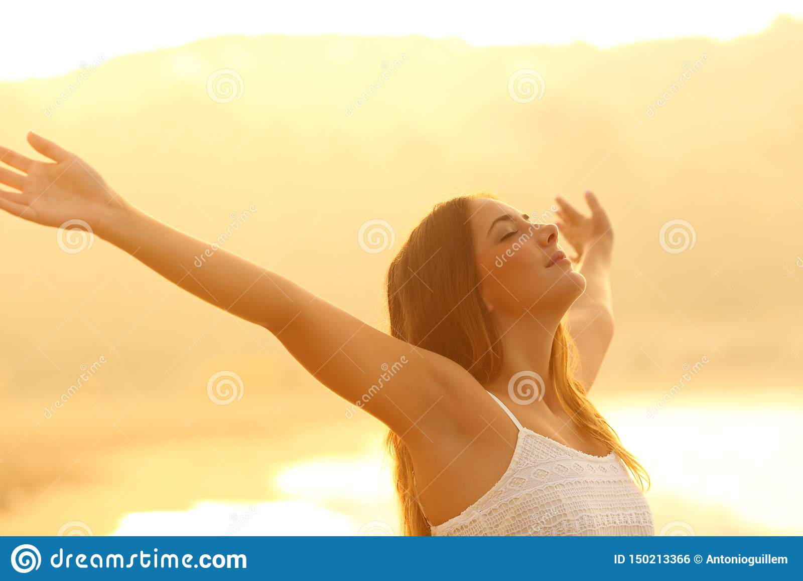 Zrelaksowany kobiety rozciąganie zbroi oddychania świeże powietrze przy zmierzchem