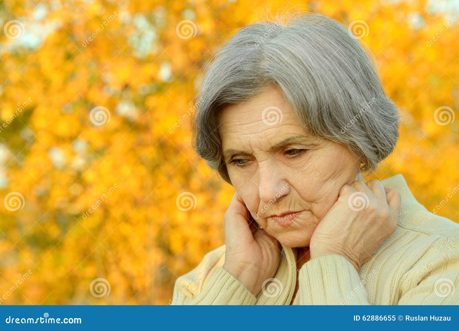 Zrobić zdjęcie starszego pracowniana myślące kobiety