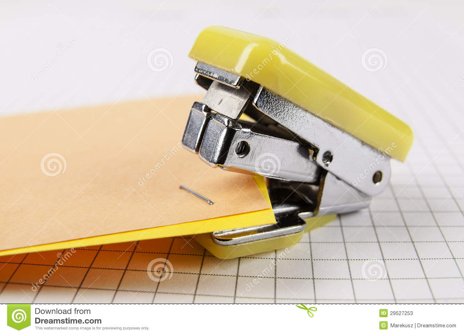 Zszywacz i papier
