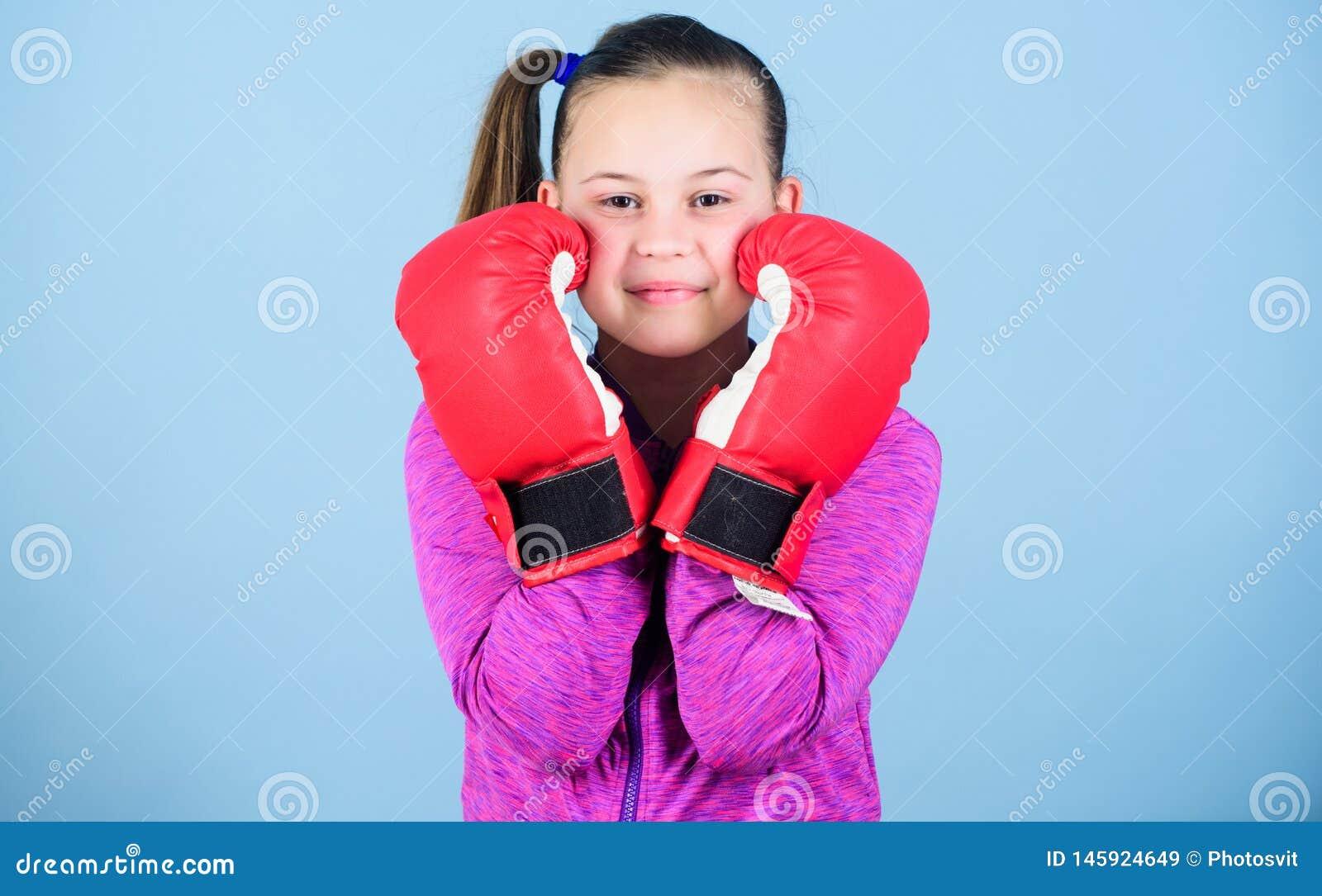 Zu stereotypieren Gegenteil Boxerkind in den Boxhandschuhen Weiblicher Boxer Sport-Erziehung Verpacken liefern strenge Disziplin