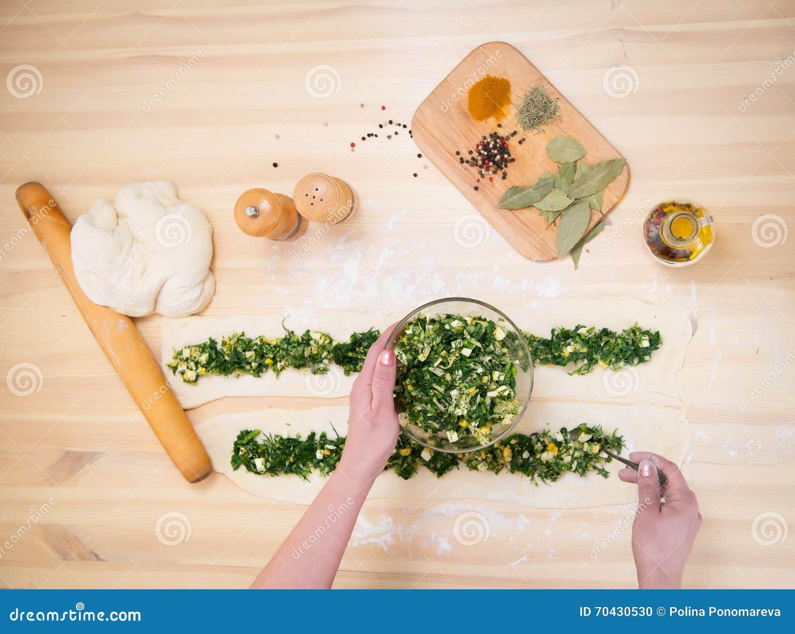 Zubereitung der Torte mit Spinat und Feta, Lebensmittel kochen Beschneidungspfad eingeschlossen