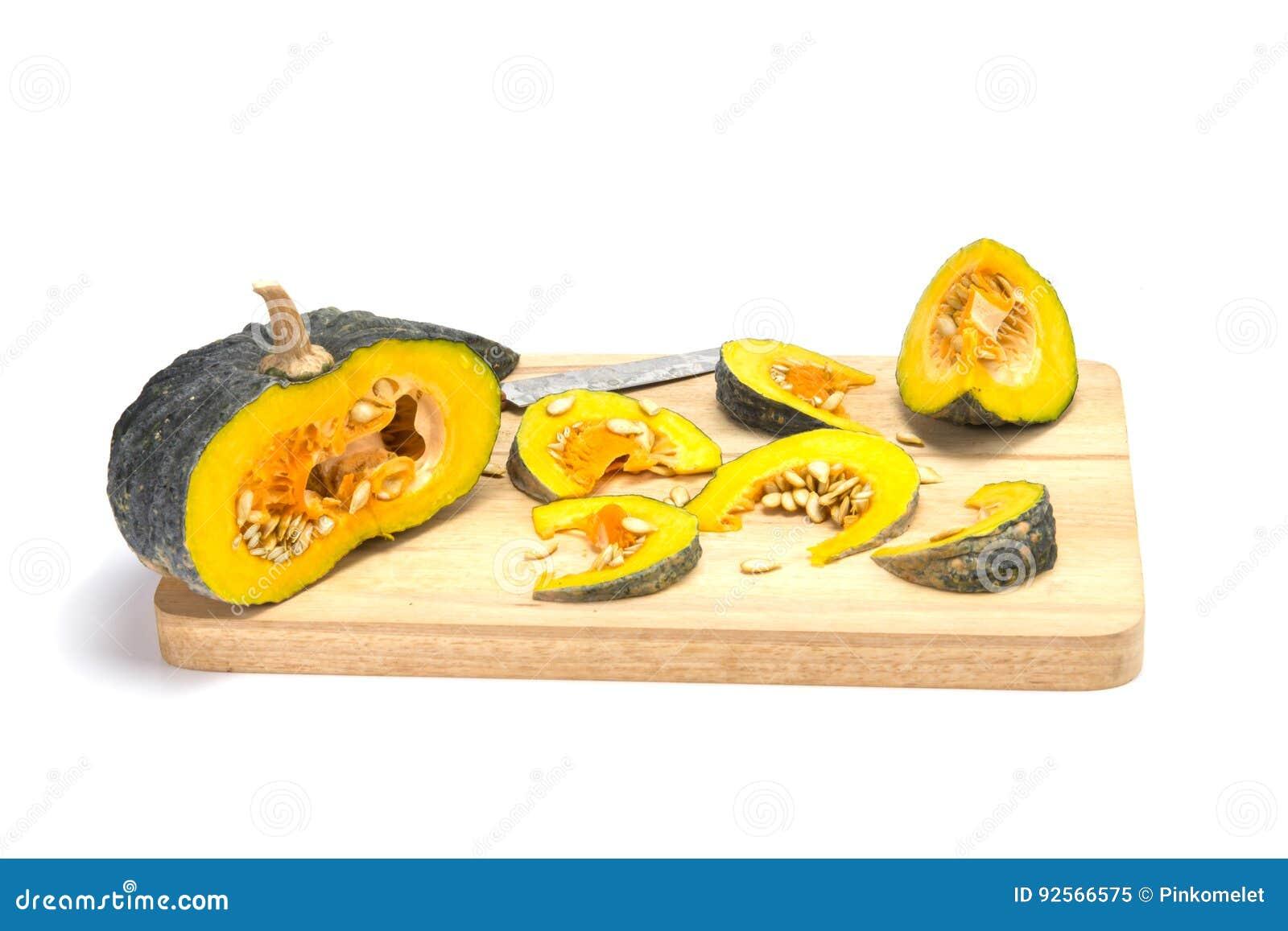 Zucca asiatica fresca affettata sul blocco di legno