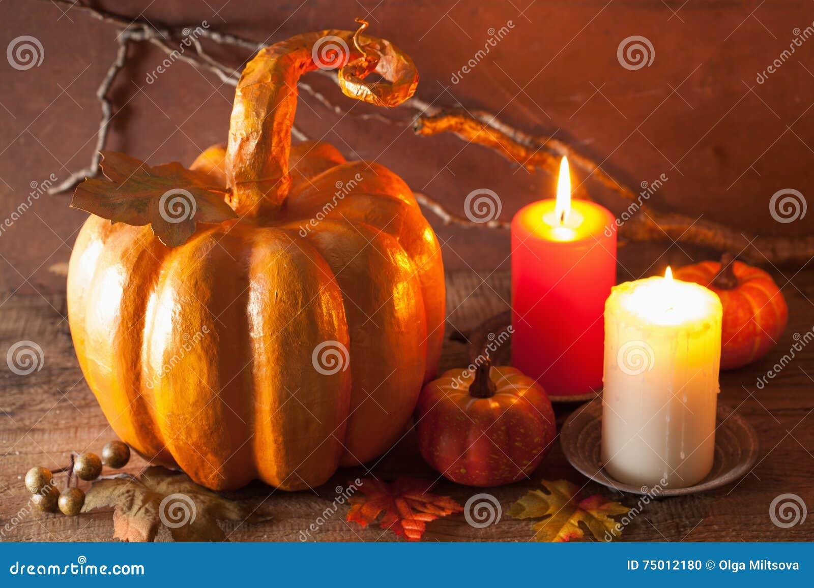Zucca Halloween Cartapesta.Zucca Della Cartapesta E Foglie Di Autunno Dorate Decorative Per Hal