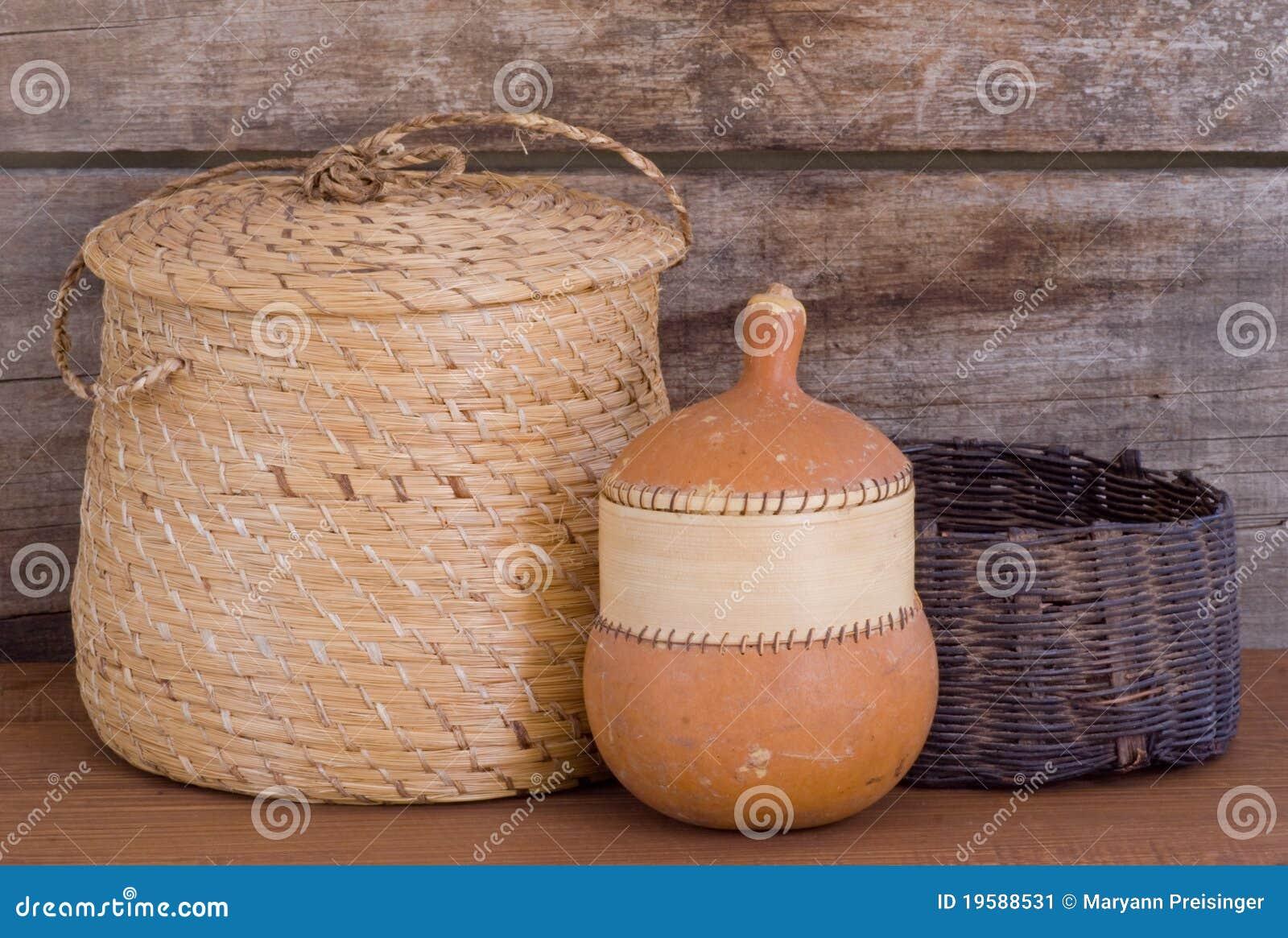 Zucca indiana natale dei cestini di tessitura sulla mensola