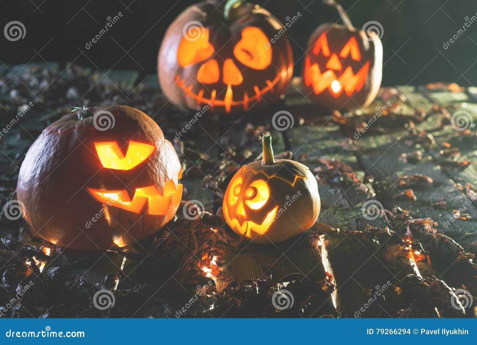 Immagine Zucca Di Halloween 94.Zucche Di Halloween A Fondo Di Legno Fronti Spaventosi Scolpiti