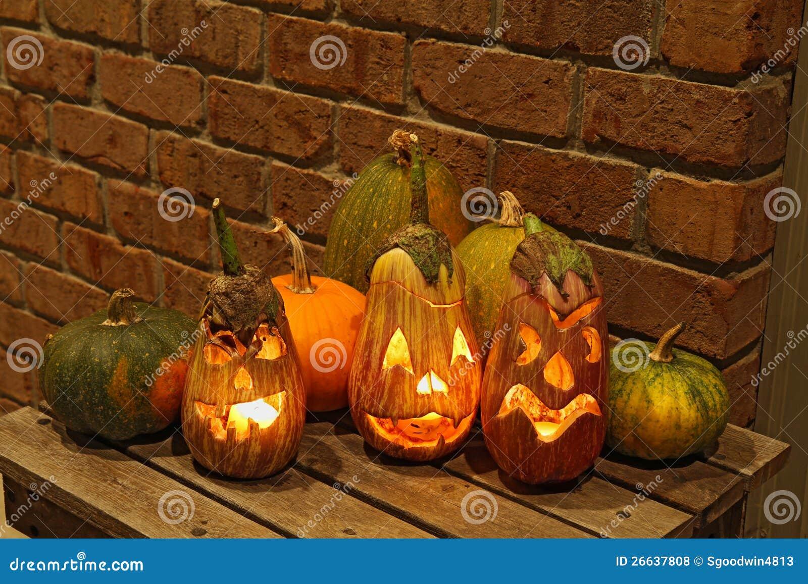 Zucche e melanzane intagliate a halloween fotografia stock for Foto zucche halloween