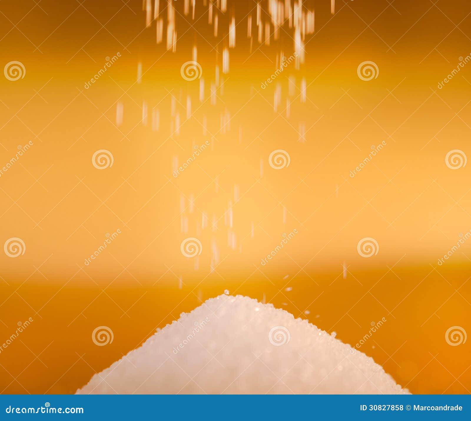 Zucchero che cade per accatastare