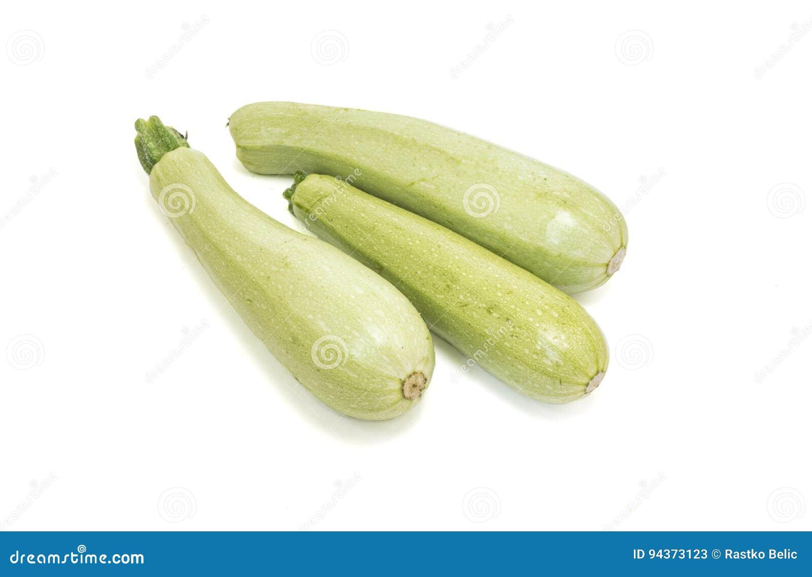 Zucchini crudo isolato su bianco