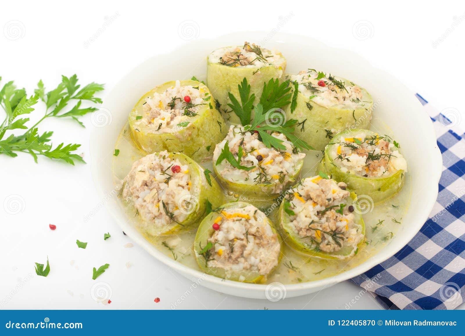 Zucchini farcito con riso, carne tritata e le verdure