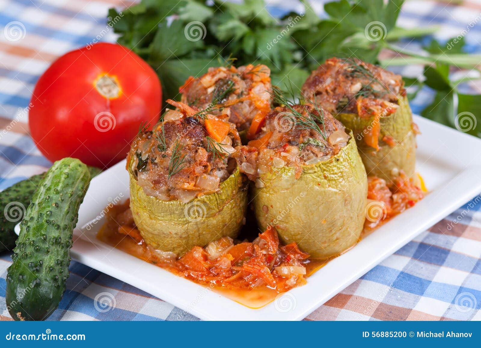 Zucchini farcito in salsa al pomodoro
