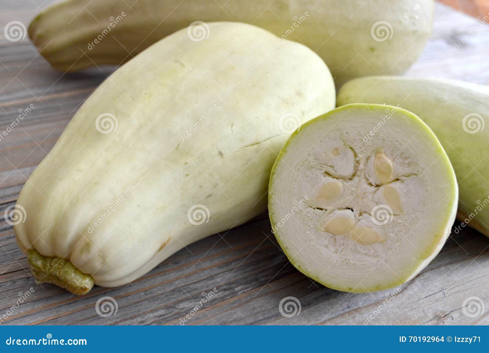 Zucchini på trätabellen