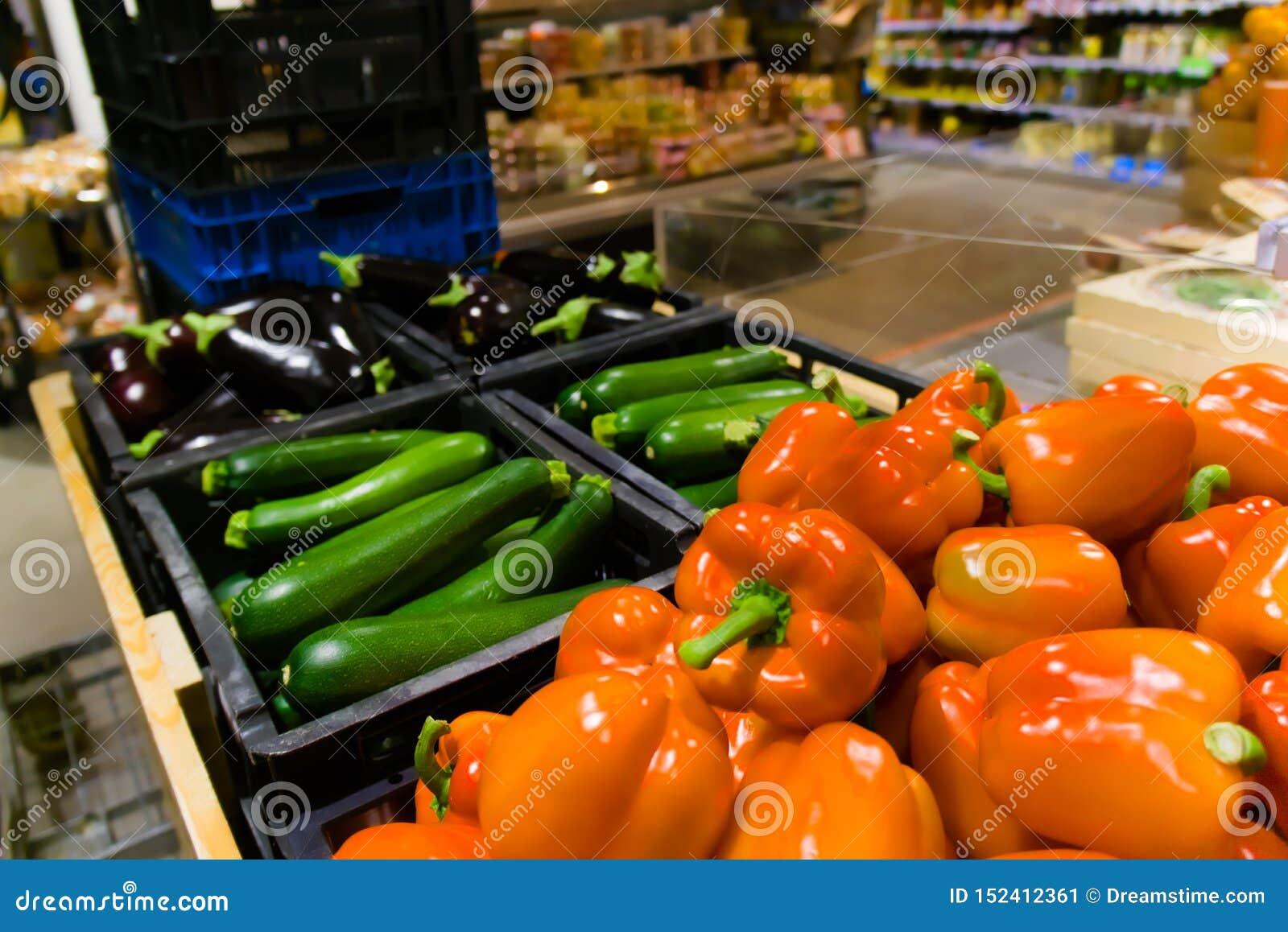 Zucchini rosso e melanzana del peperone dolce al supermercato