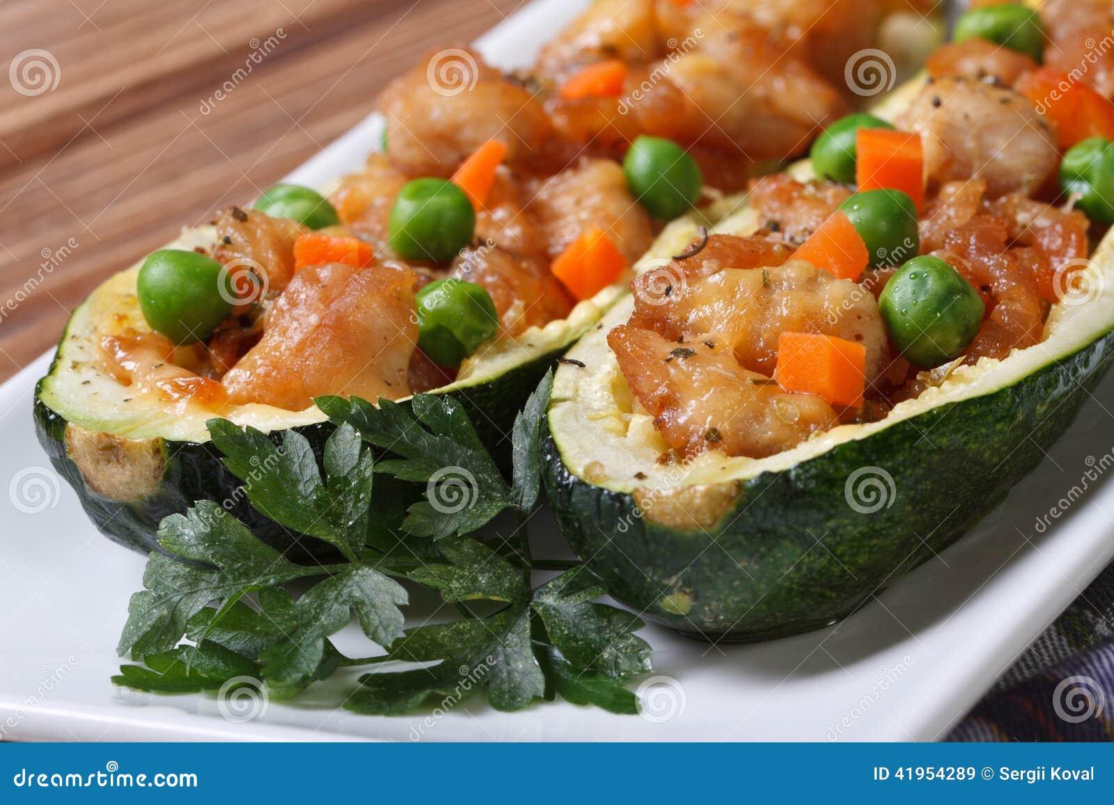 Zucchini z mięsnymi i zielonymi grochami, marchewki zakończenie