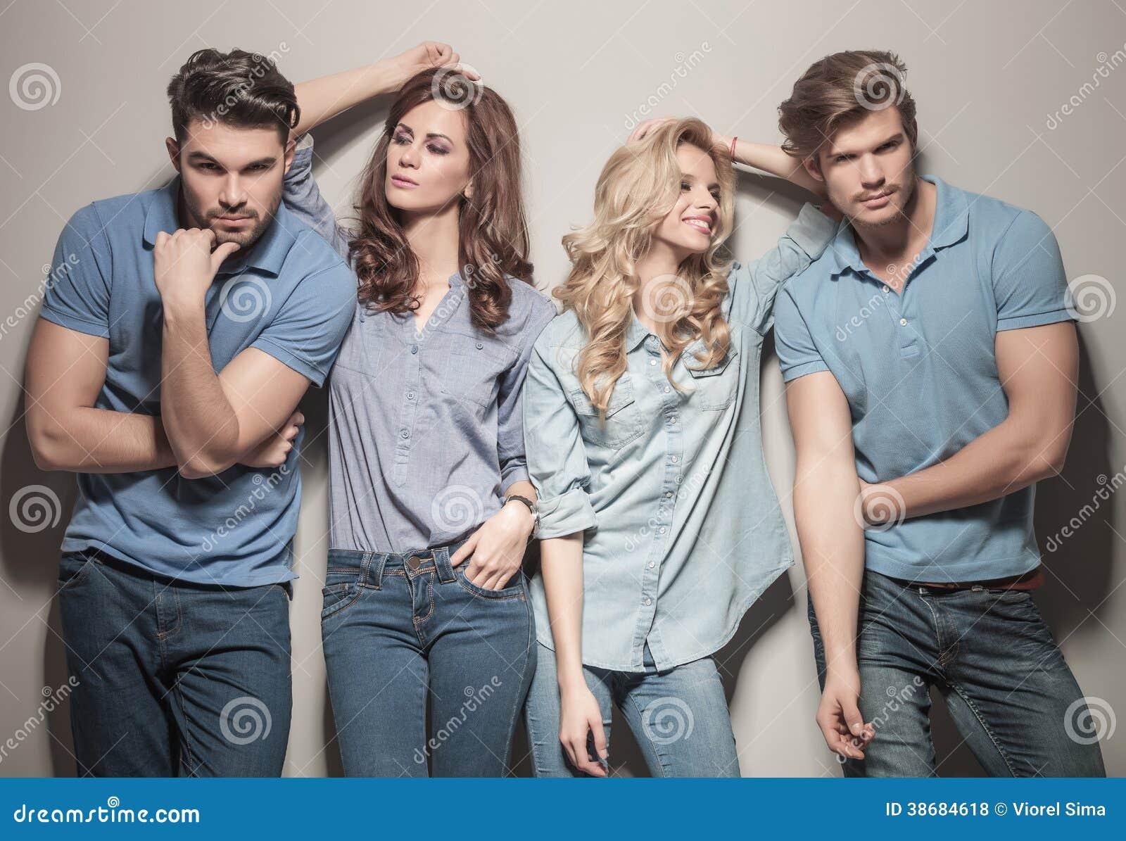 Zufällige Modefrauen, die ihre Männer betrachten