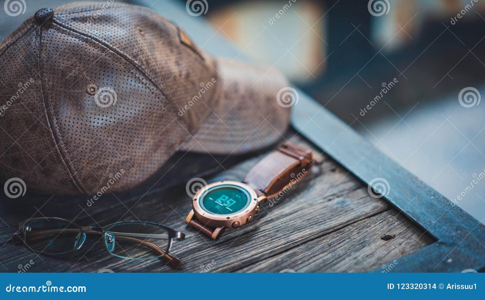 Zufällige Uhr, Hut und Gläser
