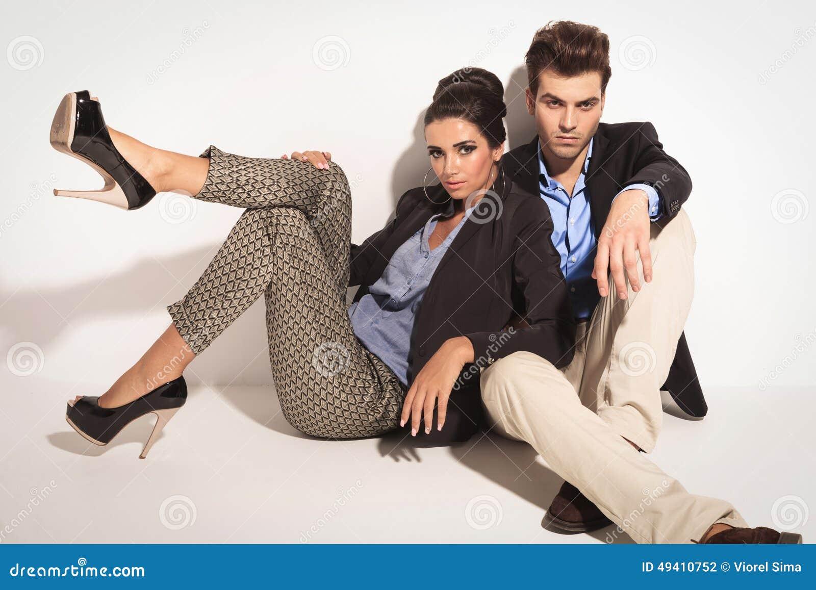 Download Zufälliger Mann, Der Auf Dem Boden Mit Seiner Freundin Sitzt Stockfoto - Bild von hoch, nett: 49410752