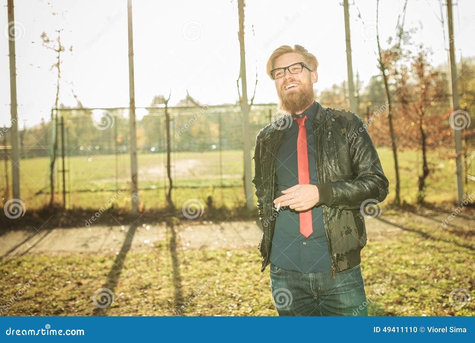 Download Zufälliger Mann, Der Eine Zigarette Im Park Genießt Stockfoto - Bild von lachen, überzeugt: 49411110