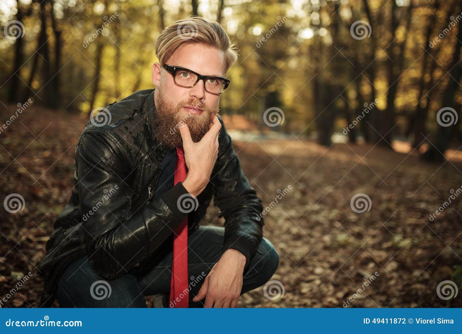 Download Zufälliger Mann, Der Seine Hand Zu Seinem Kinn, Denkend Hält Stockfoto - Bild von menschlich, stattlich: 49411872