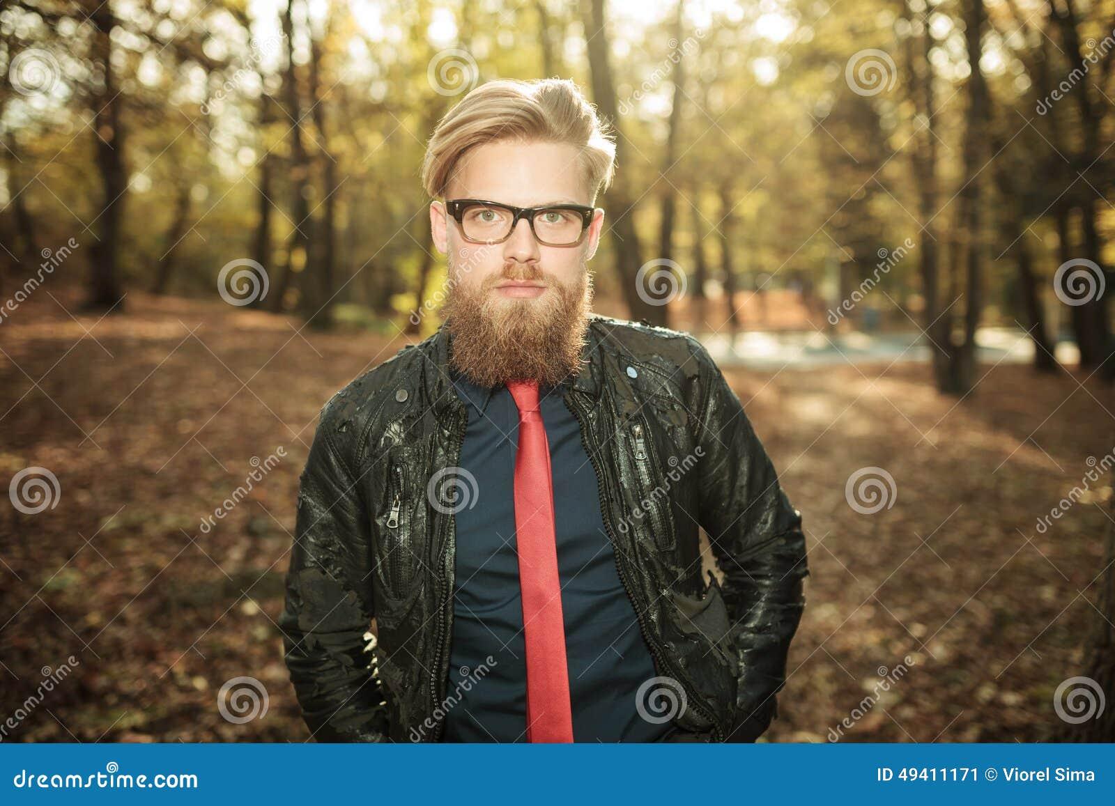 Download Zufälliger Modemann, Der In Den Park Geht Stockbild - Bild von nett, gläser: 49411171