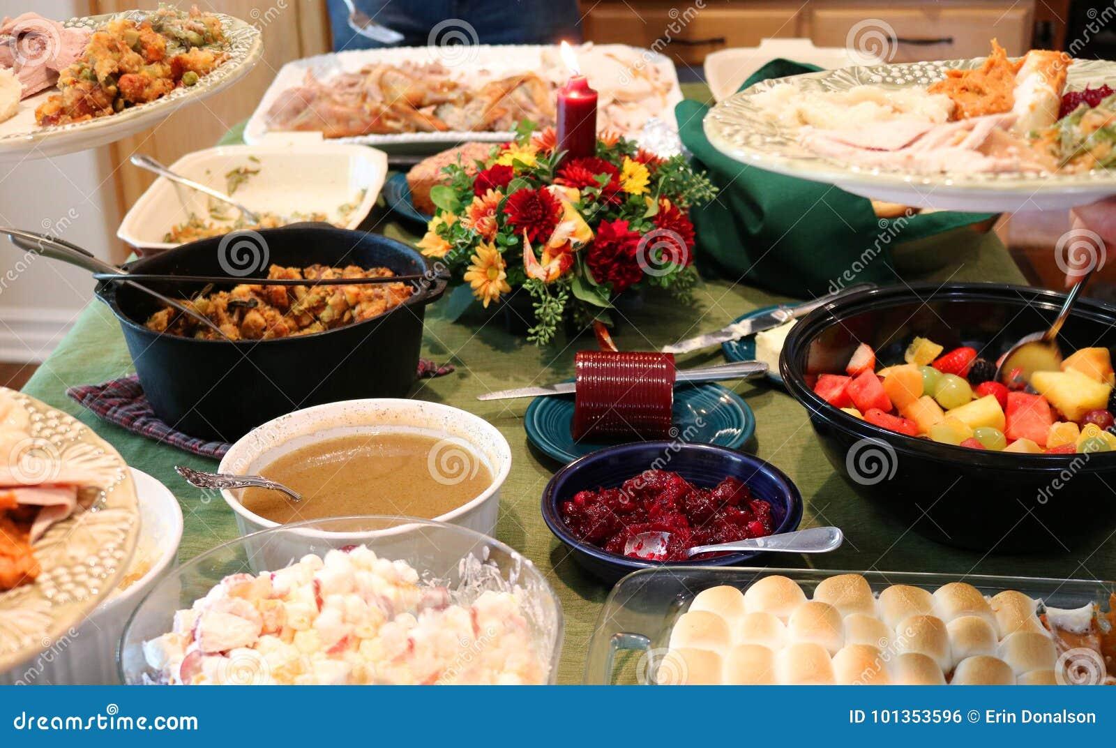 Zufälliges Danksagungs-Fest auf Tabelle mit den Platten, die gefüllt werden