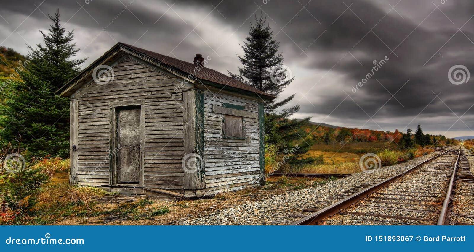 Zug nähert sich Abstellgleise im Herbst
